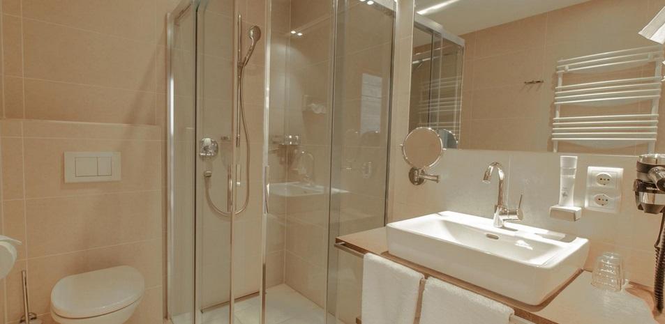 прозрачная дверь в ванной