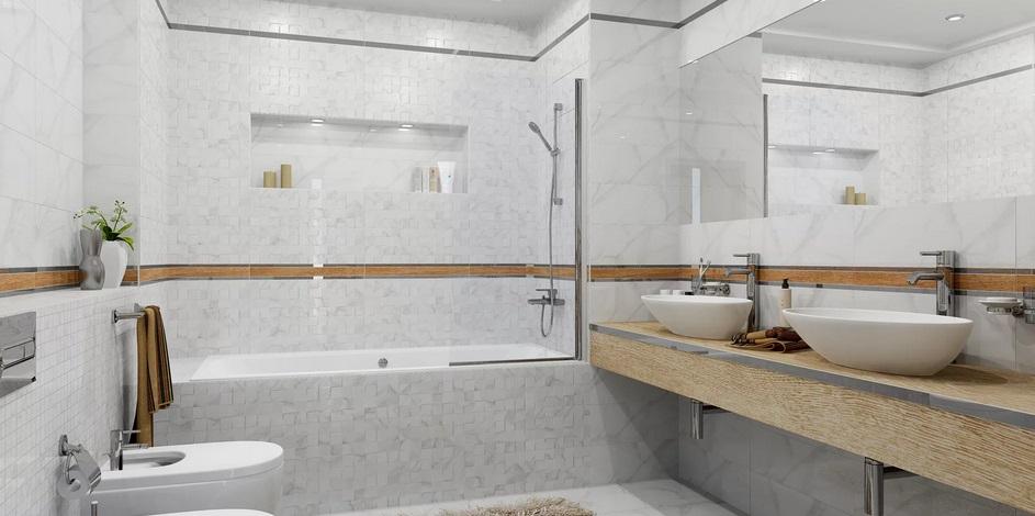 сочетаются глянцевый кафель и деревянные поверхности в ванной